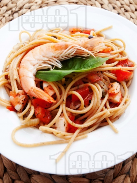 Пълнозърнести спагети със скариди и доматен сос - снимка на рецептата